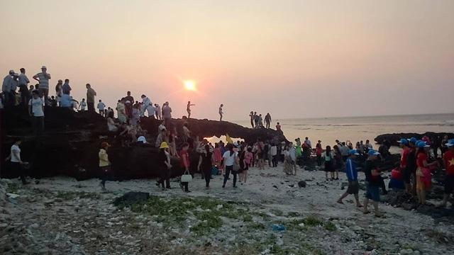 Hàng trăm du khách tập trung tại khu vực cổng Tò Vò trên đảo Lý Sơn mỗi ngày.