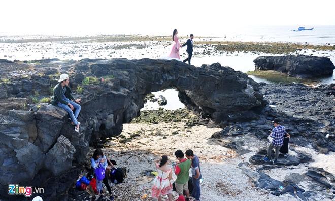 Giới trẻ chụp ảnh cưới ở thắng cảnh cổng tò vò, huyện đảo Lý Sơn. Ảnh: M.Hoàng.