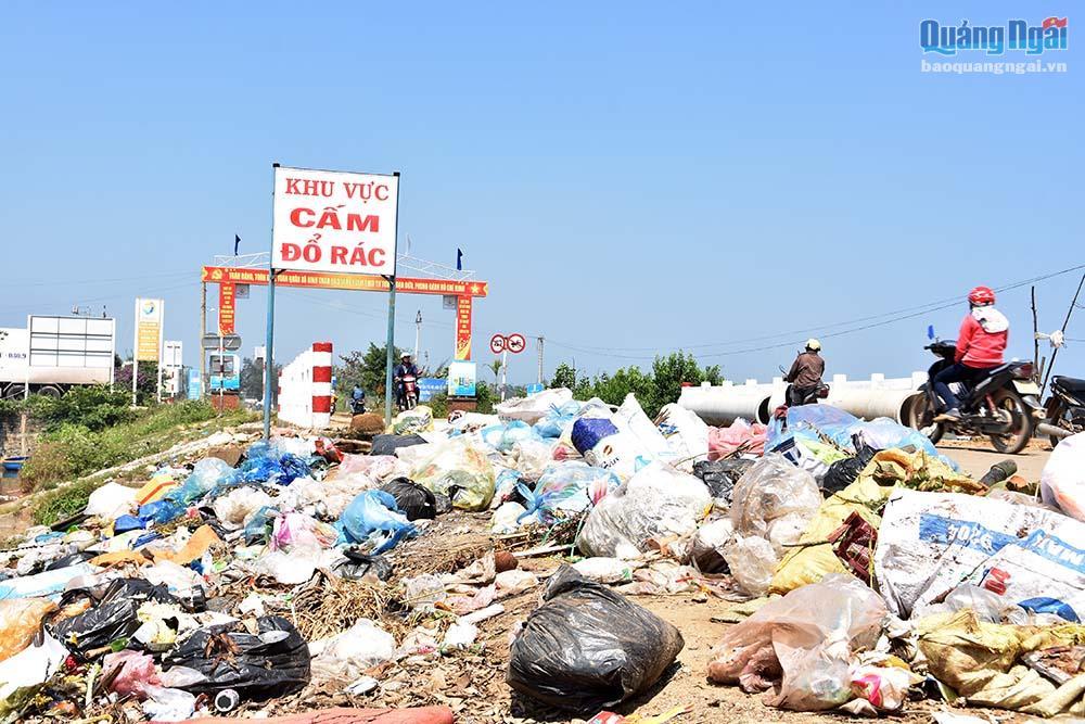 Mặc kệ biển cấm, rác vẫn tràn ngập