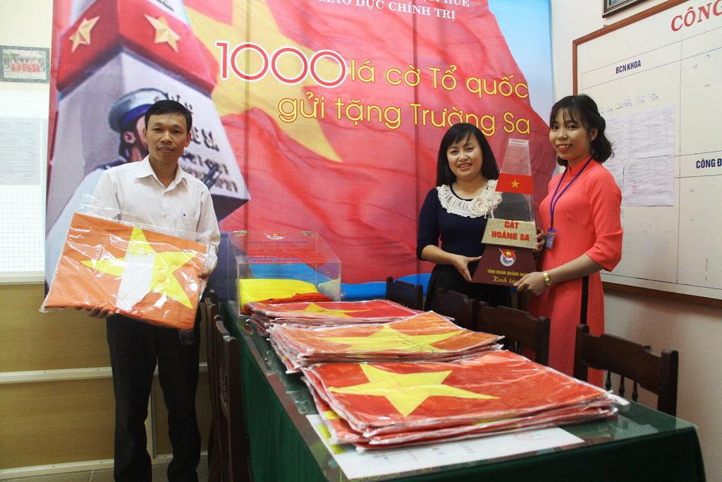 Thầy Vũ Đình Bảy cùng 30 lá cờ từng được treo ở 21 điểm đảo thuộc huyện đảo Trường Sa - Ảnh: NHẬT LINH
