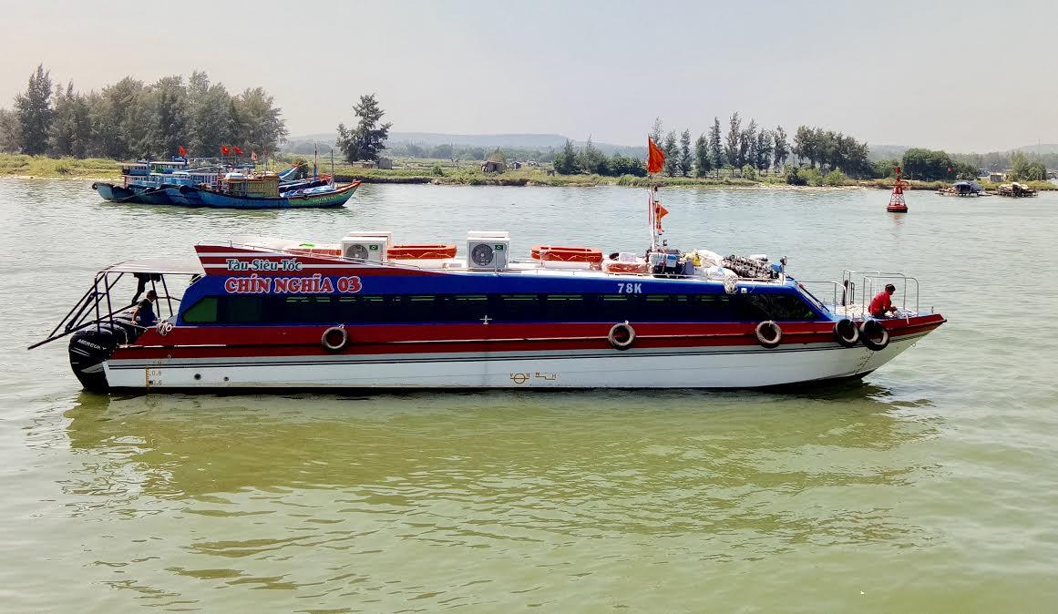 Tàu khách siêu tốc Chín Nghĩa 03 đang neo đậu tại cảng Sa Kỳ