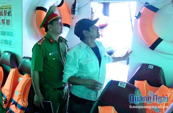 Lực lượng chức năng kiểm tra các hệ thống điện và thiết bị cứu hộ, cứu nạn trên tàu vận tải hành khách tuyến Sa Kỳ- Lý Sơn
