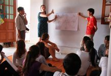 Nữ giáo sư Ashley Hollenbeck cùng bạn trẻ nhìn nhận thực tế về di sản và bảo tồn phát triển - Ảnh: T.Mai