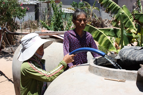 Người dân vẫn dùng lu chum để đựng nước mưa.