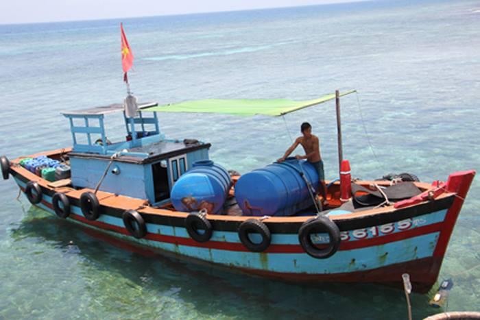 Nước ngọt được chở từ đảo Lớn, trung tâm huyện Lý Sơn sang đảo Bé bán.