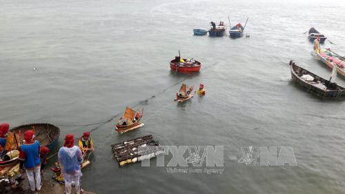 Đưa mô hình thuyền và hình nhân thế mạng để thả trôi ra biển - nghi lễ quan trọng trong buổi lễ.