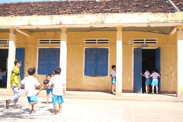 Trên 300 học sinh tiểu học đang học tập, vui chơi trong những căn phòng chờ sập ở huyện đảo Lý Sơn (Quảng Ngãi)