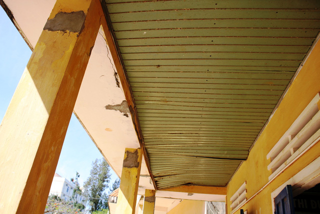 Hệ thống cột, trần bê tông, laphông các phòng học hư hỏng nặng.