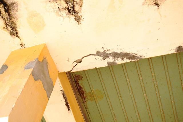 Bê tông bong ra từng mảng có thể rơi trúng đầu học sinh bất cứ lúc nào.