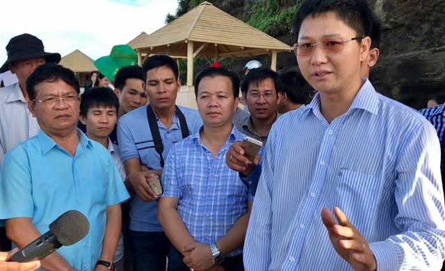 Ông Lê Viết Chữ - Bí thư tỉnh Quảng Ngãi (bìa trái) đang nghe ông Nguyễn Viết Vy - Bí thư huyện Lý Sơn (bìa phải) trình bày quá trình tôn tạo tại Hang Câu.