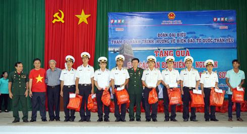Lãnh đạo đoàn tặng quà cho Ban Chỉ huy quân sự huyện đảo Lý Sơn
