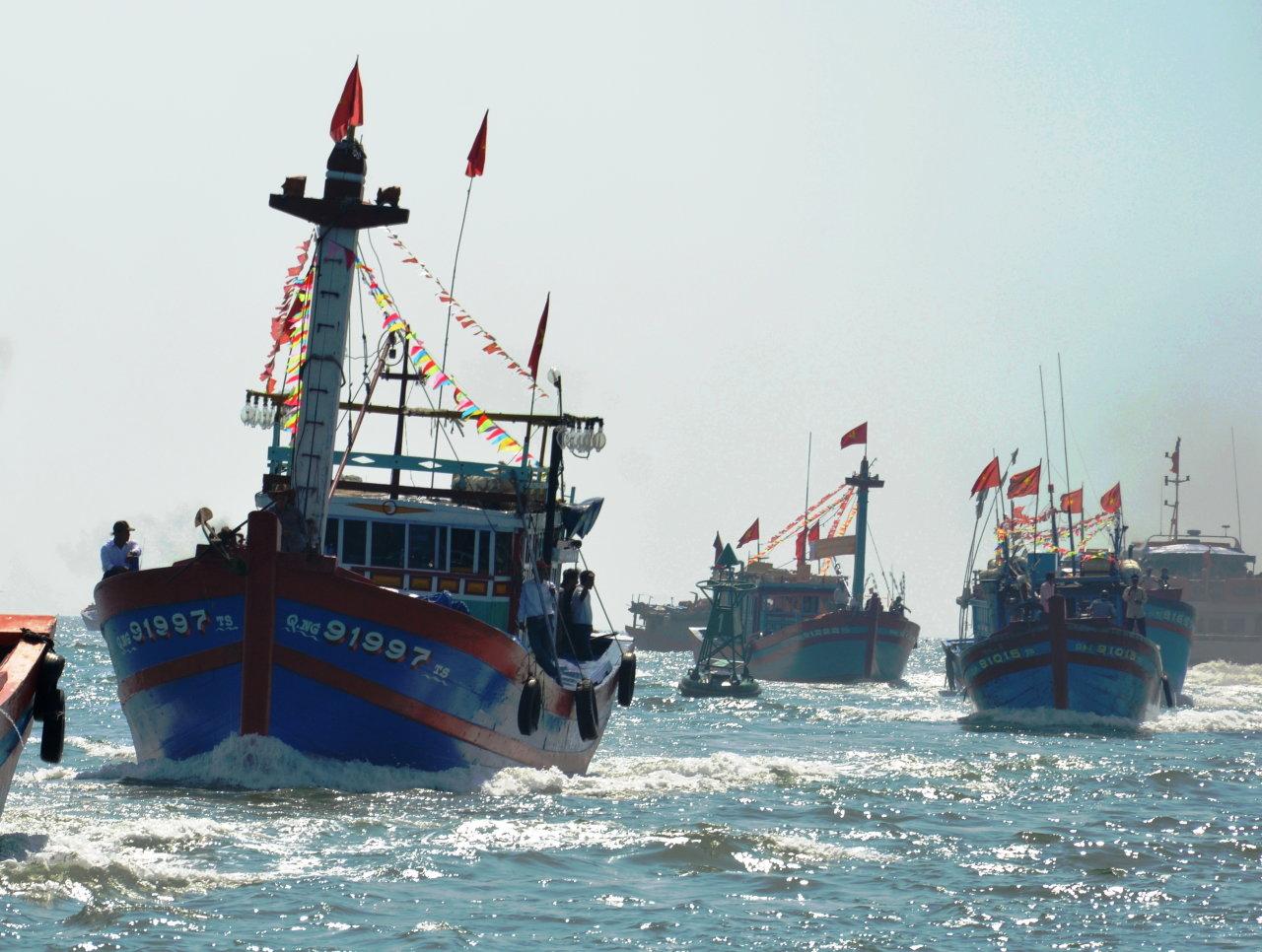 Tàu cá ngư dân Bình Châu, Lý Sơn ra khơi - Ảnh: TRẦN MAI