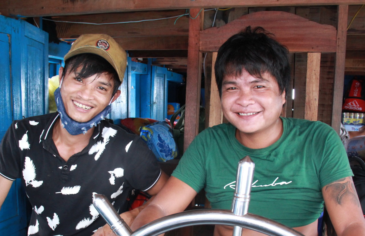 Ngư dân Hiền Anh (trái), người từng bị Trung Quốc đánh đập, vẫn can trường ra khơi - Ảnh: TRẦN MAI