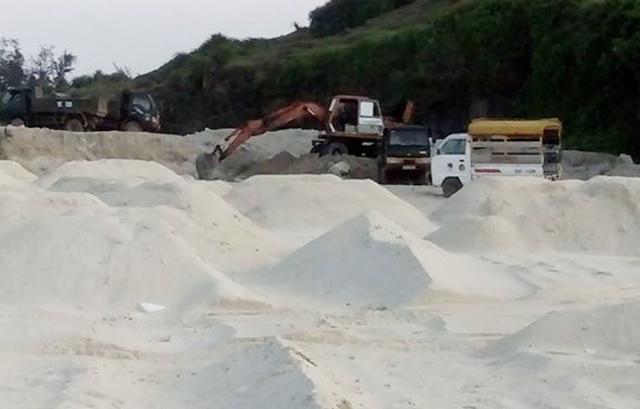 Cát được đưa đến đổ tại khu vực Hang Câu để san lấp mặt bằng
