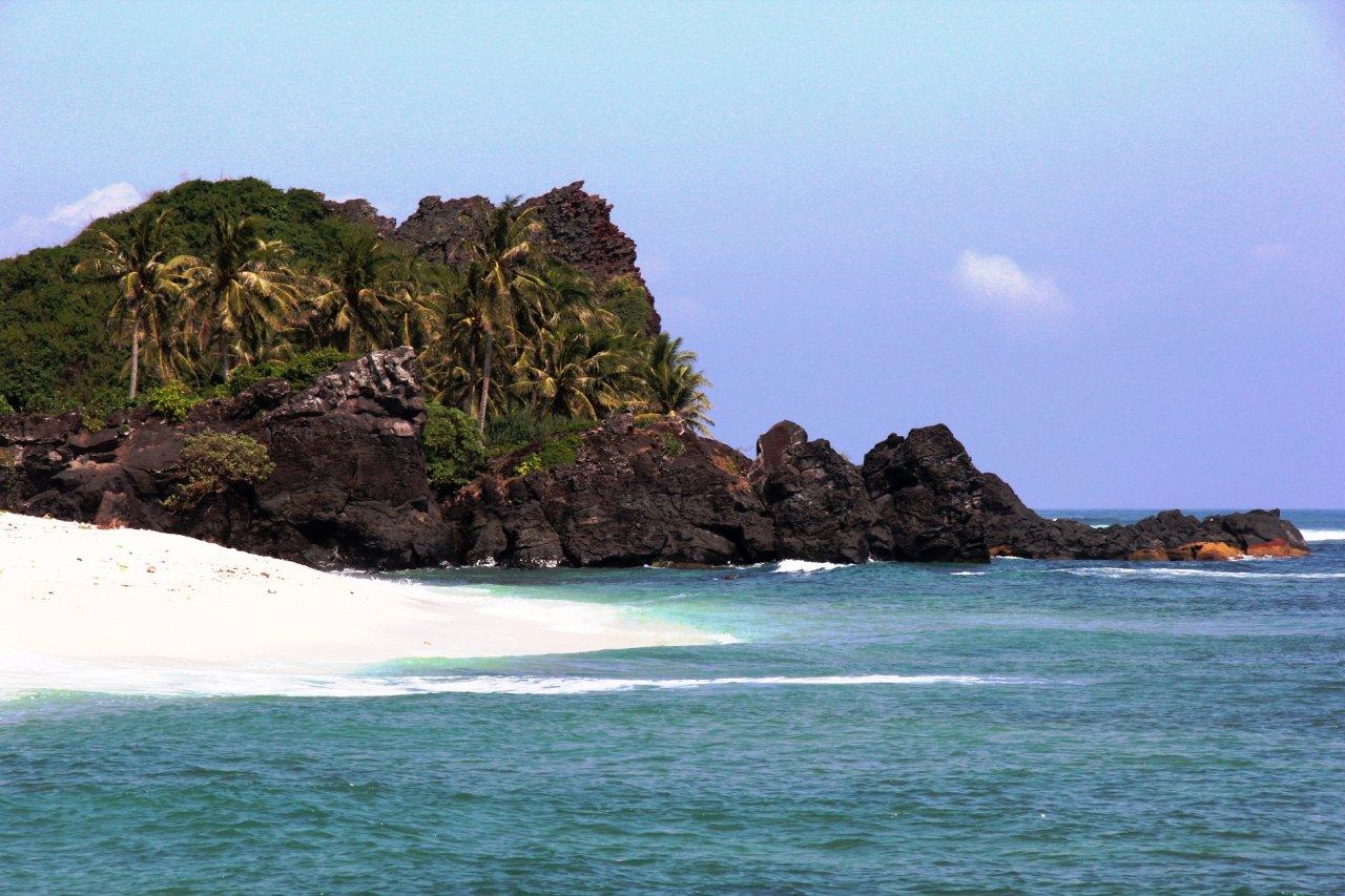 """Những khối đá núi lửa ngủ vùi hàng triệu năm và bờ biển hoang sơ là """"đặc sản"""" du lịch của đảo Bé, Lý Sơn, Quảng Ngãi"""