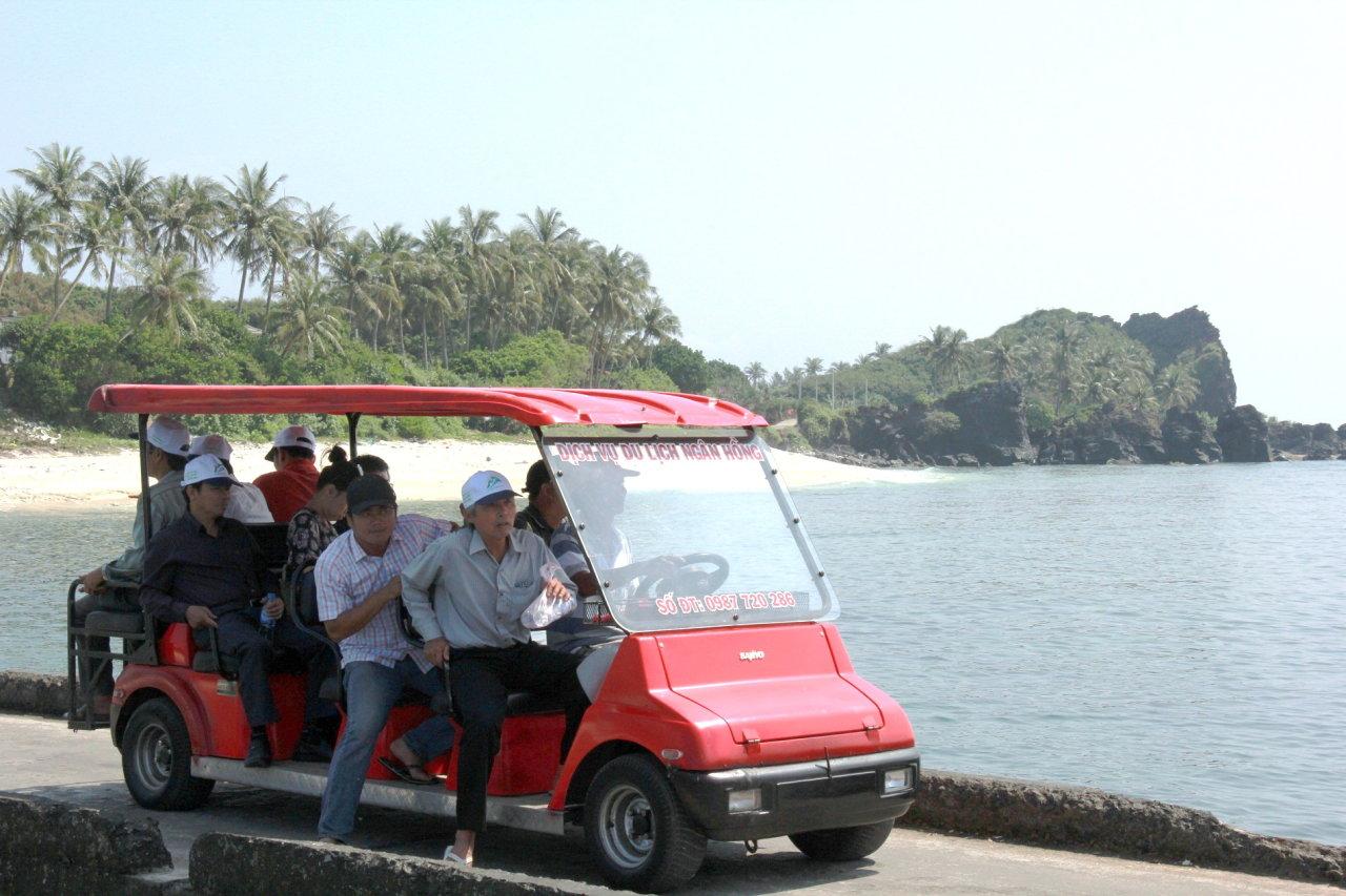 Người dân đã đầu tư xe điện để du khách thong dong thăm đảo Bé