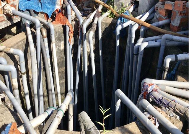 Số ống nhựa của các mô tơ đặt xung quanh thòng xuống để lấy nước.