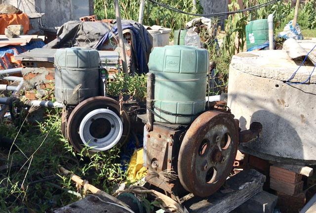 Số máy bơm bị bỏ hoen rỉ tại khu vực giếng nước.