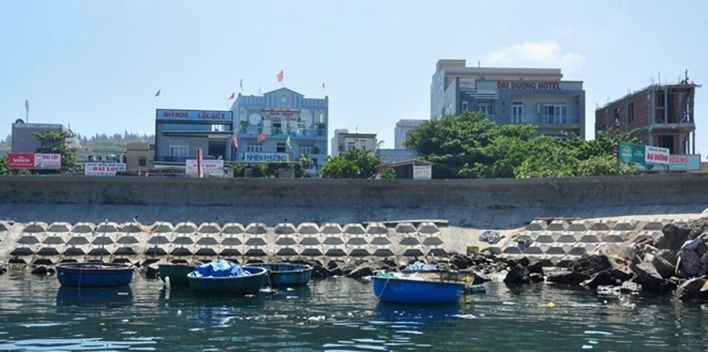 Hàng loạt nhà nghỉ, khách sạn dày đặc đã phá vỡ cảnh quan ở khu vực gần cảng Lý Sơn