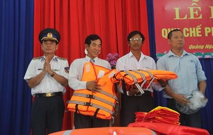 Các hoạt động tặng quà, phổ biến pháp luật, hướng dẫn cách sơ cứu cho ngư dân Lý Sơn.