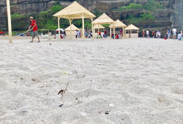 Việc đổ cát tại một số điểm thuộc khu vực Hang Câu bị dư luận phản ứng khi chưa được cấp thẩm quyền tỉnh cho phép.