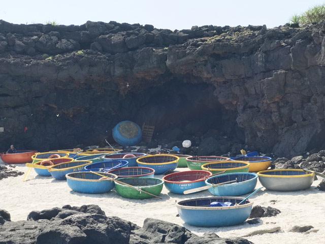 Vẻ hoang sơ của một hang đá ở đảo Bé.