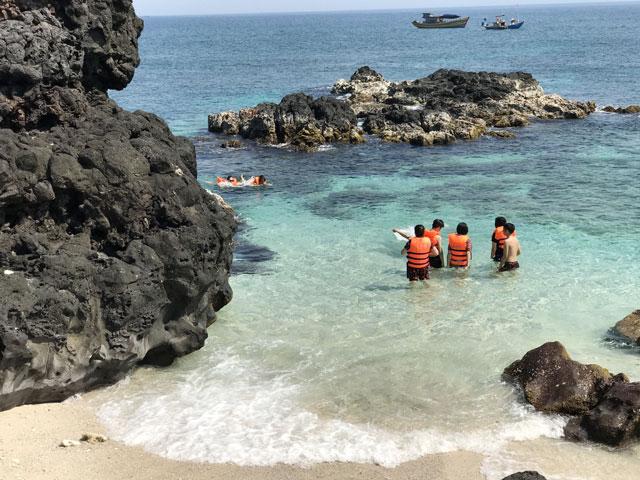 Du khách đang tắm biển tại đảo Bé.
