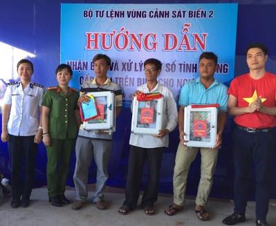 Đoàn công tác trao cờ Tổ quốc, quà tặng cho ngư dân và đại diện các đơn vị ở đảo Lý Sơn