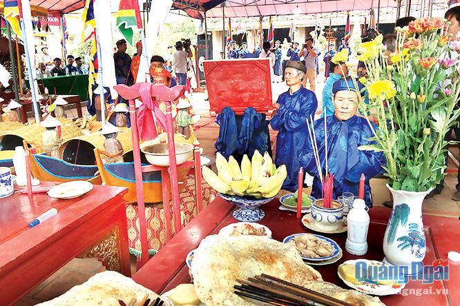 Người dân các tộc họ trên đảo Lý Sơn tổ chức Lễ khao lề thế lính Hoàng Sa tại đình làng An Vĩnh.