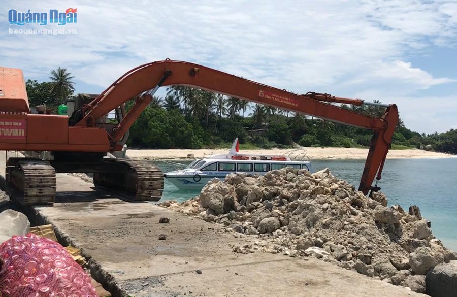 """Nhiều đơn vị thi công các dự án trên địa bàn Lý Sơn đang """"bí"""" nơi đổ chất thải xây dựng do nhiều nơi là được quy hoạch Khu bảo tồn biển."""