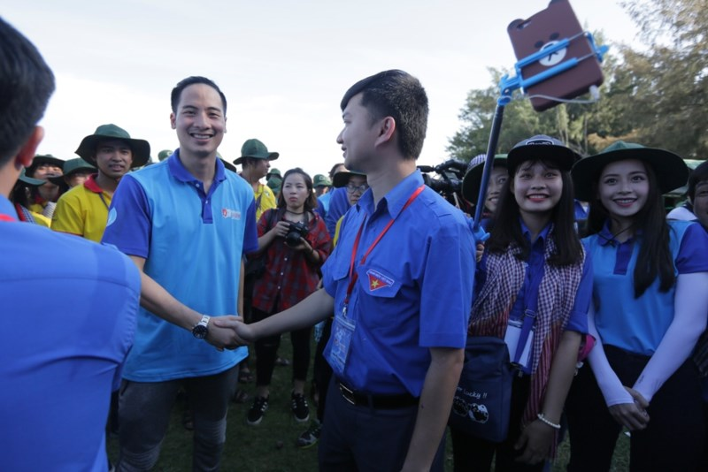 Ông Nguyễn Minh Triết, Phó Chủ tịch Thường trực Trung ương Hội Sinh viên Việt Nam, Ủy viên Ban Thường vụ, Trưởng ban Thanh niên trường học - Trung ương Đoàn, bắt tay chào đón các gương mặt đồng hành.