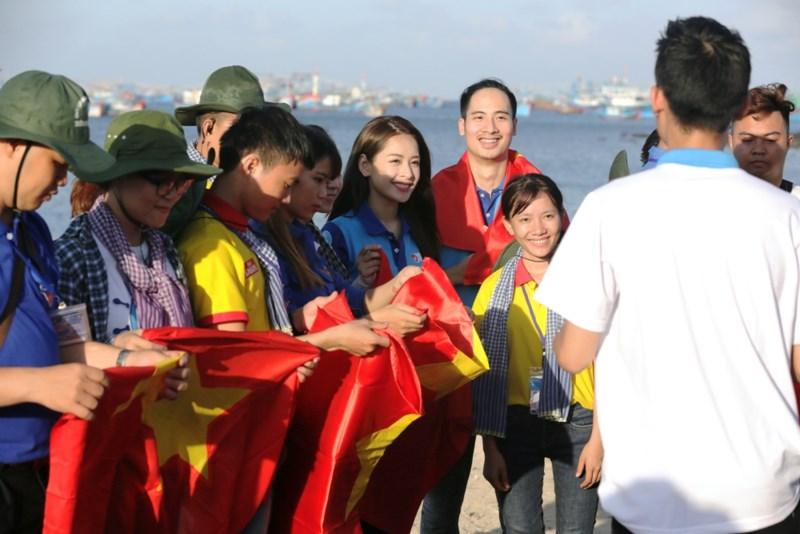 Các bạn sinh viên cùng các gương mặt đồng hành tham gia hoạt động trao cờ cho ngư dân.