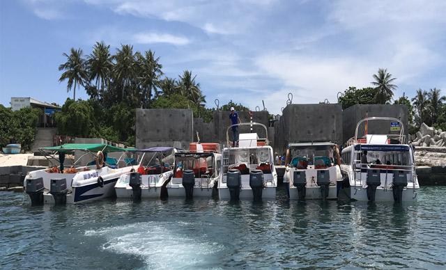 Ca nô chở khách neo đậu tại bến đảo Bé vào khoảng 10 giờ 30 phút, trưa 24.6