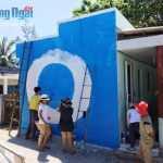 Các họa sĩ vẽ tranh bích họa trên các ngôi nhà ở đảo Bé. Ảnh: Tình nguyện viên cung cấp.