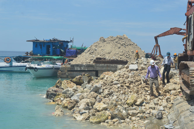 """Sau khi bị cơ quan chức năng """"tuýt còi"""", Công ty CP xây lắp Thành An 96 đã tập kết hàng trăm mét khối chất thải tại khu vực cầu cảng đảo Bé"""