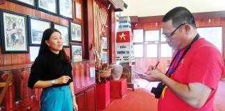 Chị Hiền thuyết minh cho du khách tại nhà trưng bày Hải đội Hoàng Sa kiêm quản Bắc Hải - Ảnh: L.TRUNG