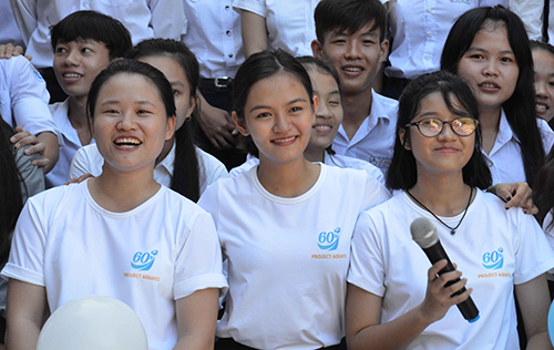 """Võ Tường An (giữa) nữ sinh giành 12 học bổng Mỹ mang dự án """"60 days"""" về đảo Lý Sơn với mong muốn giúp học sinh trên đảo rút ngắn khoảng cách với đất liền. Ảnh: Thạch Thảo."""