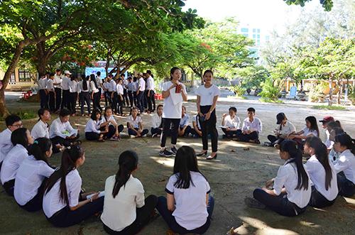 Khoảng hơn 130 học sinh khối lớp 10 và 11 trường THPT Lý Sơn tham gia dự án. Ảnh: Thạch Thảo.