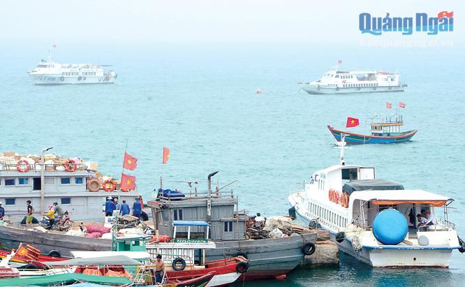 Tàu cao tốc đang neo ở cầu cảng Lý Sơn chờ đến phiên xuất bến.
