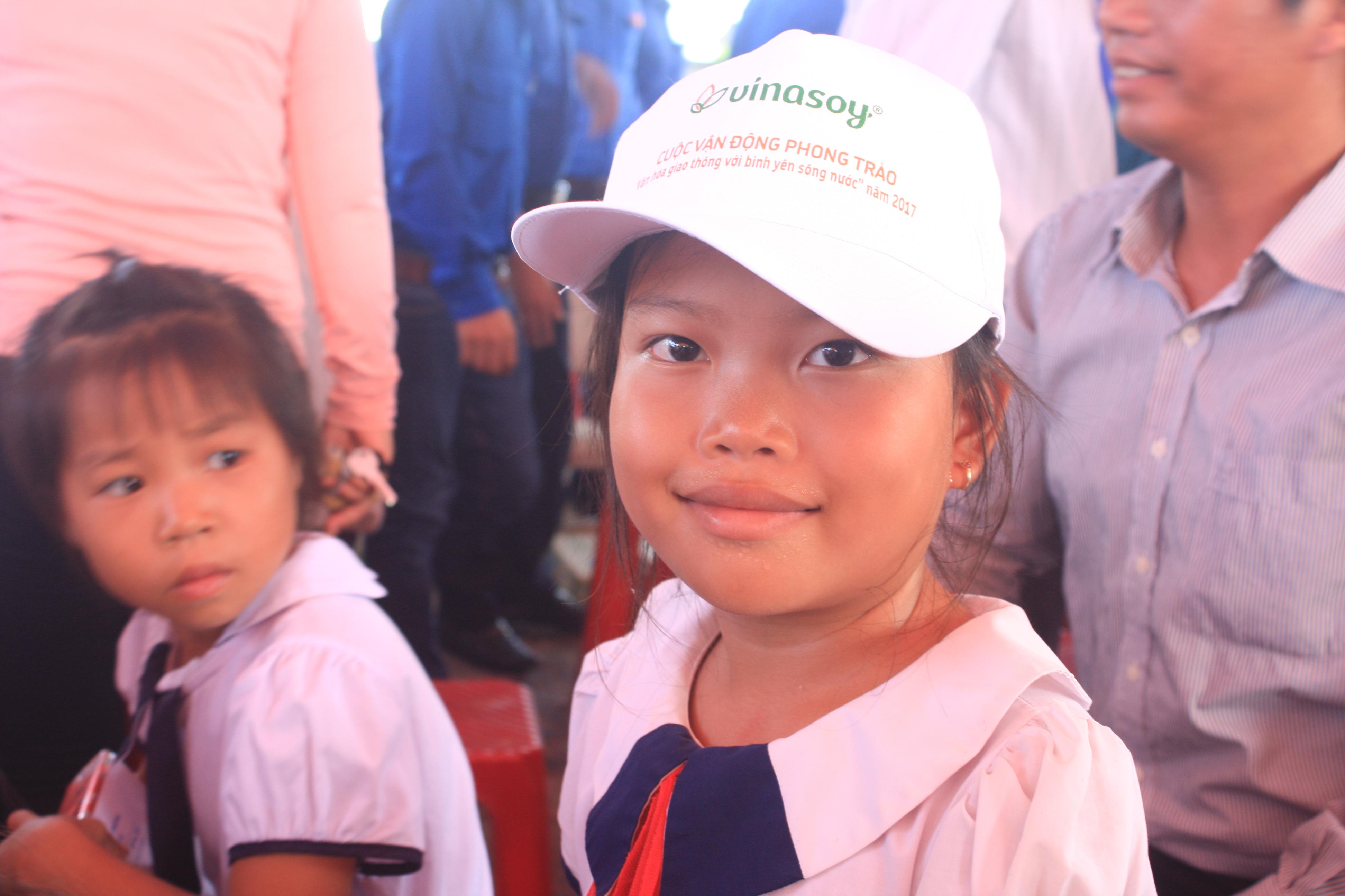 Các em học sinh hào hứng nhận quà của Ban ATGT tỉnh.