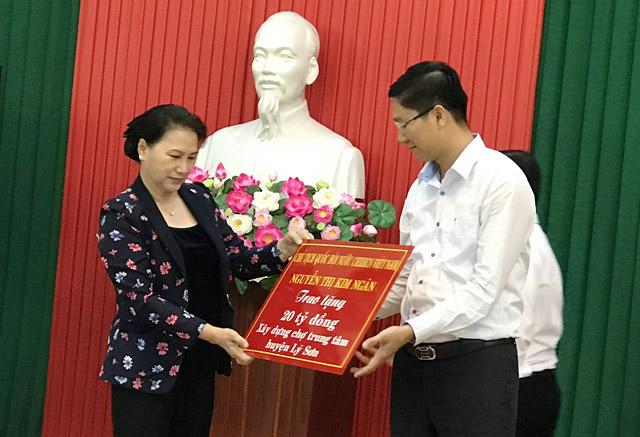Chủ tịch Quốc hội Nguyễn Thị Kim Ngân trao tiền hỗ trợ 20 tỷ đồng xây dựng Chợ trung tâm Lý Sơn.