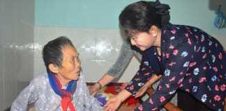Chủ tịch Quốc hội Nguyễn Thị Kim Ngân thăm và tặng quà cho người có công tại tỉnh Quảng Ngãi
