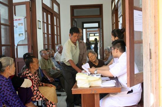 Hơn 300 lượt cán bộ và người dân trên đảo Lý Sơn đã được khám bệnh miễn phí trong đợt này.