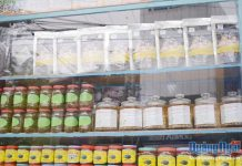 Tỏi đen được bày bán cùng với các đặc sản Quảng Ngãi.