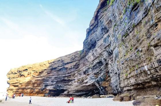 Thắng cảnh hang Câu luôn bị đe dọa bởi tình trạng khai thác cát và phá vỡ quy hoạch từ dự án du lịch.