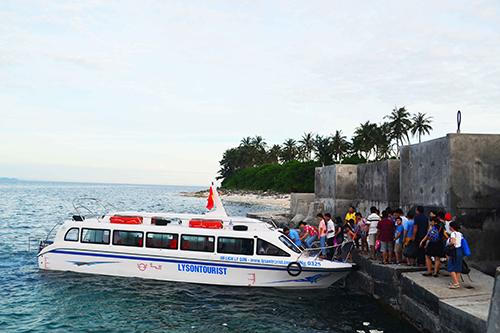 Chỉ có 6 trong số 16 canô đủ điều kiện chở khách từ đảo Lớn qua đảo Bé, Lý Sơn.