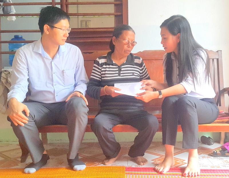 Chủ tịch Hội đồng nhân dân tỉnh Bùi Thị Quỳnh Vân và Bí thư huyện ủy Lý Sơn Nguyễn Viết Vy trao quà cho đối tượng chính sách nhân dịp 27/7/2017.