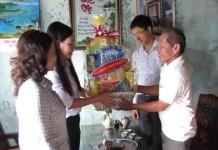 Thăm, tặng quà gia đình Thương binh Nguyễn Công ở thôn Đông xã An Vĩnh