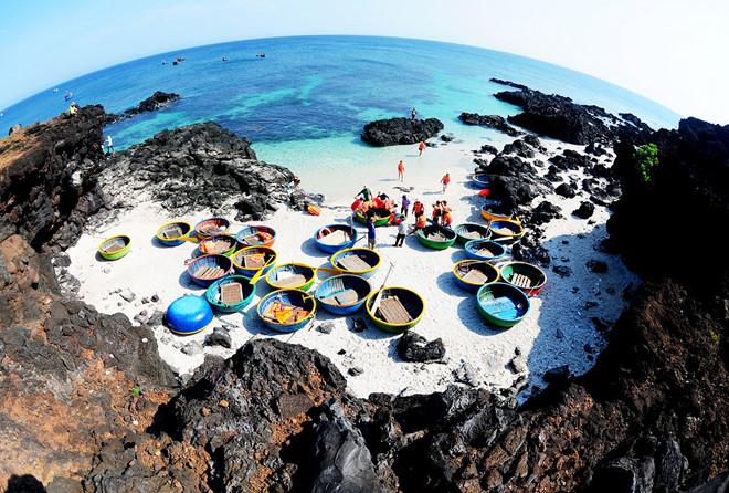 Du khách tham quan bãi đá trầm tích Hang Sau, đảo Bé Lý Sơn. Ảnh: M.Hoàng.