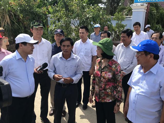 Trưởng Ban Dân vận Trung ương Trương Thị Mai trò chuyện với đại diện nông dân xã An Hải